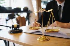 Il consigliere giuridico presenta al cliente che un contratto firmato con ha dato fotografia stock