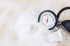 Il consumo del sale può aumentare la pressione sanguigna, mucchio di sale, calibro di pressione sanguigna sull'annotazione del ec Immagini Stock Libere da Diritti