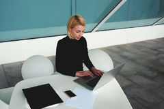 Il contabile femminile astuto sviluppa il conto finanziario sul computer portatile dopo conversazione telefonica con il capo Fotografia Stock Libera da Diritti