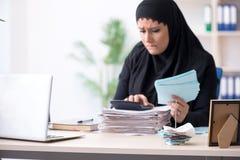 Il contabile femminile degli impiegati nel hijab che lavora nell'ufficio fotografie stock libere da diritti