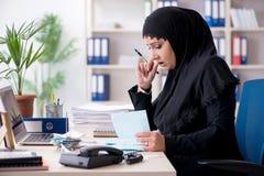 Il contabile femminile degli impiegati nel hijab che lavora nell'ufficio fotografia stock libera da diritti