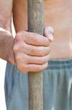 Il contadino tiene la vecchia maniglia di legno dello strumento Fotografia Stock