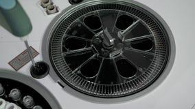 Il contagoccia automatizzato del robot ha messo il siero nel tubo del sangue nella centrifuga video d archivio