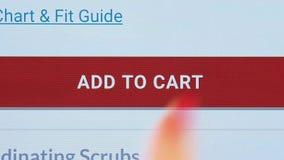 Il contatto del dito aggiunge al bottone del carretto su uno schermo della compressa video d archivio