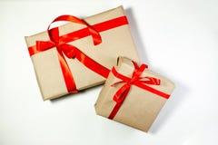 Il contenitore di regali di classe di Natale presenta su fondo bianco Fotografia Stock Libera da Diritti