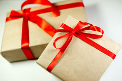 Il contenitore di regali di classe di Natale presenta su fondo bianco Fotografia Stock
