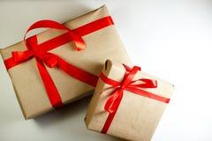 Il contenitore di regali di classe di Natale presenta su fondo bianco Fotografie Stock