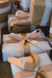 Il contenitore di regali fatto a mano di Natale di classe presenta con gli archi marroni Fuoco selettivo Fotografie Stock Libere da Diritti