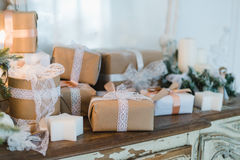 Il contenitore di regali fatto a mano di Natale di classe presenta con gli archi marroni Fuoco selettivo Fotografia Stock Libera da Diritti