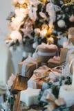 Il contenitore di regali fatto a mano di Natale di classe presenta con gli archi marroni Fuoco selettivo fotografie stock