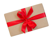 Il contenitore di regalo avvolto nel marrone ha riciclato la carta con la cima rossa dell'arco del nastro Fotografie Stock