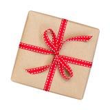 Il contenitore di regalo avvolto nel marrone ha riciclato la carta con la cima rossa dell'arco del nastro Immagini Stock