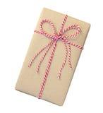 Il contenitore di regalo avvolto nel marrone ha riciclato la carta con la corda rossa e bianca Fotografia Stock