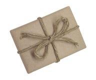 Il contenitore di regalo avvolto nel marrone ha riciclato la carta ed ha legato la cima della corda del sacco Fotografia Stock