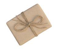 Il contenitore di regalo avvolto nel marrone ha riciclato la carta ed ha legato la cima della corda del sacco Fotografie Stock Libere da Diritti