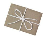 Il contenitore di regalo avvolto nel marrone ha riciclato la carta ed ha legato la corda del cotone a Immagine Stock