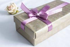 Il contenitore di regalo con è aumentato Fotografie Stock Libere da Diritti