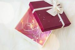 Il contenitore di regalo di Natale decorato con l'albero si accende dentro Immagini Stock