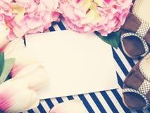 Il contenitore di regalo e le scarpe rosa delle signore con spazio copiano il fondo con colore d'annata del filtro Fotografie Stock