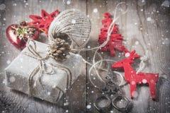 Il contenitore di regalo ha avvolto il panno di tela e decorato con cavo, la iuta, decorazione di natale sui bordi di legno d'ann Immagini Stock