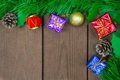 Il contenitore di regalo di Natale, gli oggetti decorativi e l'albero di Natale sopra corteggiano Fotografia Stock