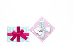 Il contenitore di regalo punteggiato due Polka con l'arco del nastro e la cartolina d'auguri in bianco isolati su fondo bianco co Fotografie Stock Libere da Diritti