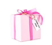 Il contenitore di regalo rosa con vi ringrazia etichetta della mamma su bianco immagini stock