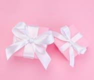 Il contenitore di regalo rosa del giorno di due biglietti di S. Valentino ha legato il nastro bianco Fotografia Stock