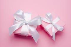 Il contenitore di regalo rosa del giorno di due biglietti di S. Valentino ha legato il nastro bianco del raso Immagini Stock Libere da Diritti