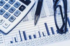 Il conto finanziario di stima del banchiere di attività bancarie della banca immagazzina i dati del foglio elettronico con la pen immagine stock libera da diritti