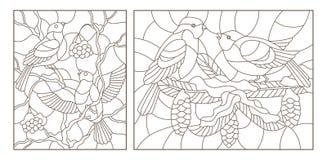 Il contorno ha messo con le illustrazioni di vetro macchiato con gli uccelli sui rami degli alberi innevati, profili scuri su un  Fotografia Stock Libera da Diritti