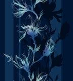 Il contorno leggero della magnolia fiorisce su un ramoscello e sulle linee verticali o Immagini Stock