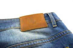Il contrassegno di cuoio in bianco dei jeans ha cucito sull'le blue jeans Fotografie Stock Libere da Diritti