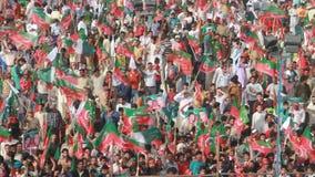 Il contributo della folla massiccia al cricket ha girato il politico Imran Khan durante il raduno politico video d archivio