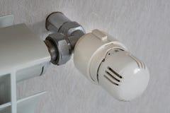Il controllo della temperatura sul radiatore è chiuso a zero immagini stock
