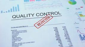 Il controllo di qualità ha rifiutato, mano che timbra la guarnizione sul documento ufficiale, statistiche archivi video