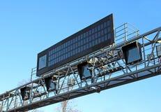 Il controllo e le informazioni di velocità della macchina fotografica imbarcano sulla strada Immagine Stock