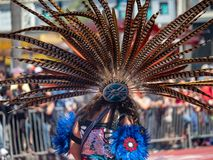 Il copricapo messicano tradizionale del featherwork ha ornato da un dur della donna fotografia stock