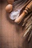 Il copyspace organizzato eggs il cucchiaio della corolla con farina fotografia stock libera da diritti