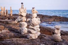 Il corallo della roccia è stato disposto piacevolmente ha allineato le spiagge fotografia stock libera da diritti