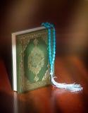 Il Corano del libro sacro ed il rosario L'arabo è scritto - traduzione - Quran chiamato Immagine Stock Libera da Diritti