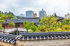 Il Coreano anziano e moderno tradizionale alloggia il paesaggio urbano Immagini Stock Libere da Diritti