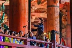 Il coro raggruppa alla Daibutsu-tana del tempio di Todai-ji a Nara Fotografia Stock