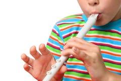 Il corpo di piccolo ragazzo con zelo blowed il corno bianco Fotografia Stock