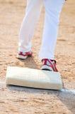 Ragazzo di baseball sulla base Fotografie Stock Libere da Diritti