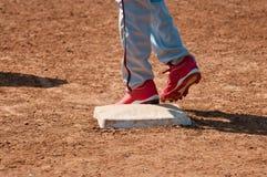 Baseball teenager sulla base Fotografia Stock