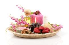 Il corpo sfrega con la fragola, il sale marino e l'olio d'oliva. (Per pelle asciutta) immagine stock libera da diritti