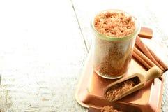 Il corpo sfrega - lo zucchero bruno con cannella Immagine Stock