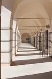 Il corridoio con bianco mura la prigione araba calda del giorno di estate in Israele immagine stock