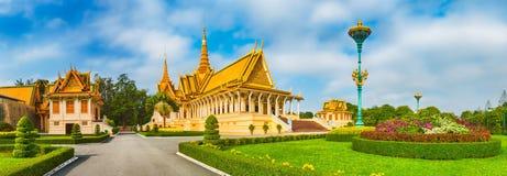 Il corridoio del trono dentro Royal Palace in Phnom Penh, Cambogia Panorama fotografie stock libere da diritti